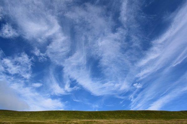 Wolkentanz über der Wiese